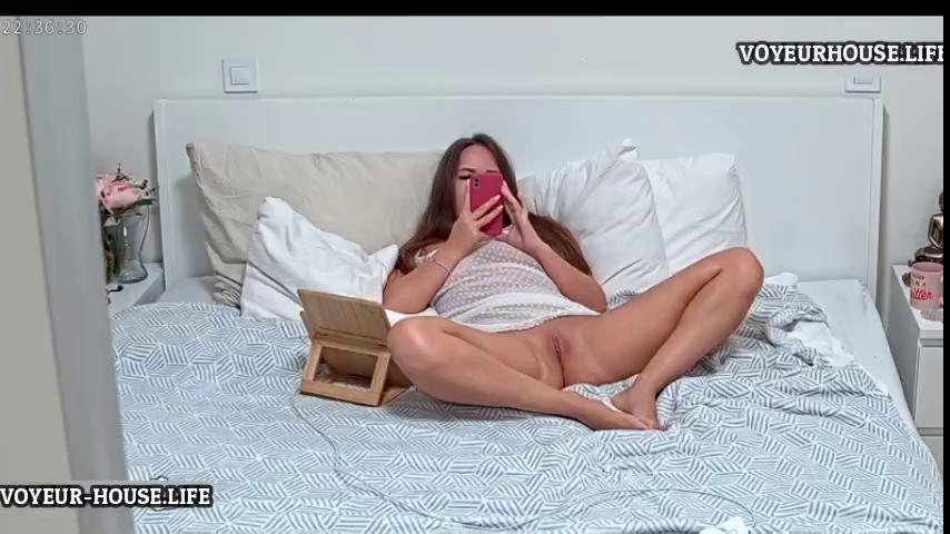 Reallifecam Leora masturbate while check phone and watch porn 24 02 2021