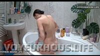 Reallifecam Babi bathes in the bathtub and shaves her pussy 20 06 2021